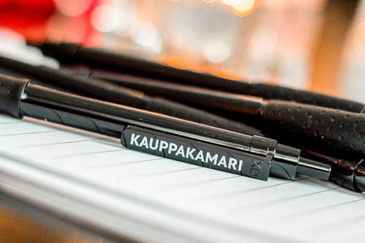 Helsingin seudun kauppakamarin kynä pöydällä.