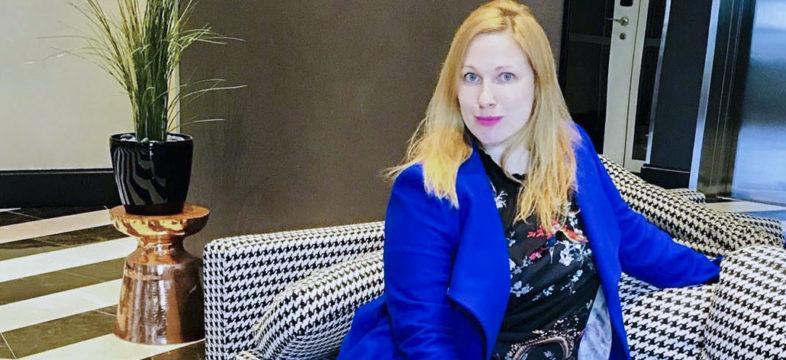 Viralvia Oy:n toimitusjohtaja Ilona Vejander istuu sinisessä jakussa sohvalla.
