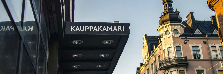 Helsingin seudun kauppakamari sisäänkäynti ja viereinen talo